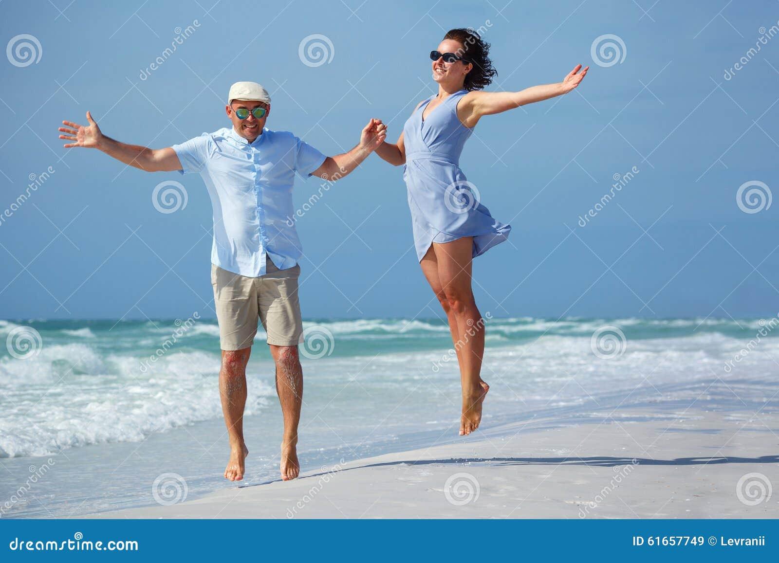 Giovani coppie divertendosi alla spiaggia tropicale, siesta