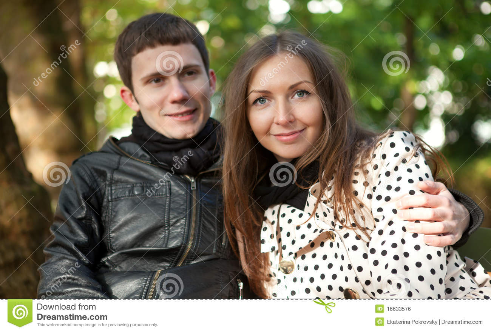 Giovani coppie felici all aperto