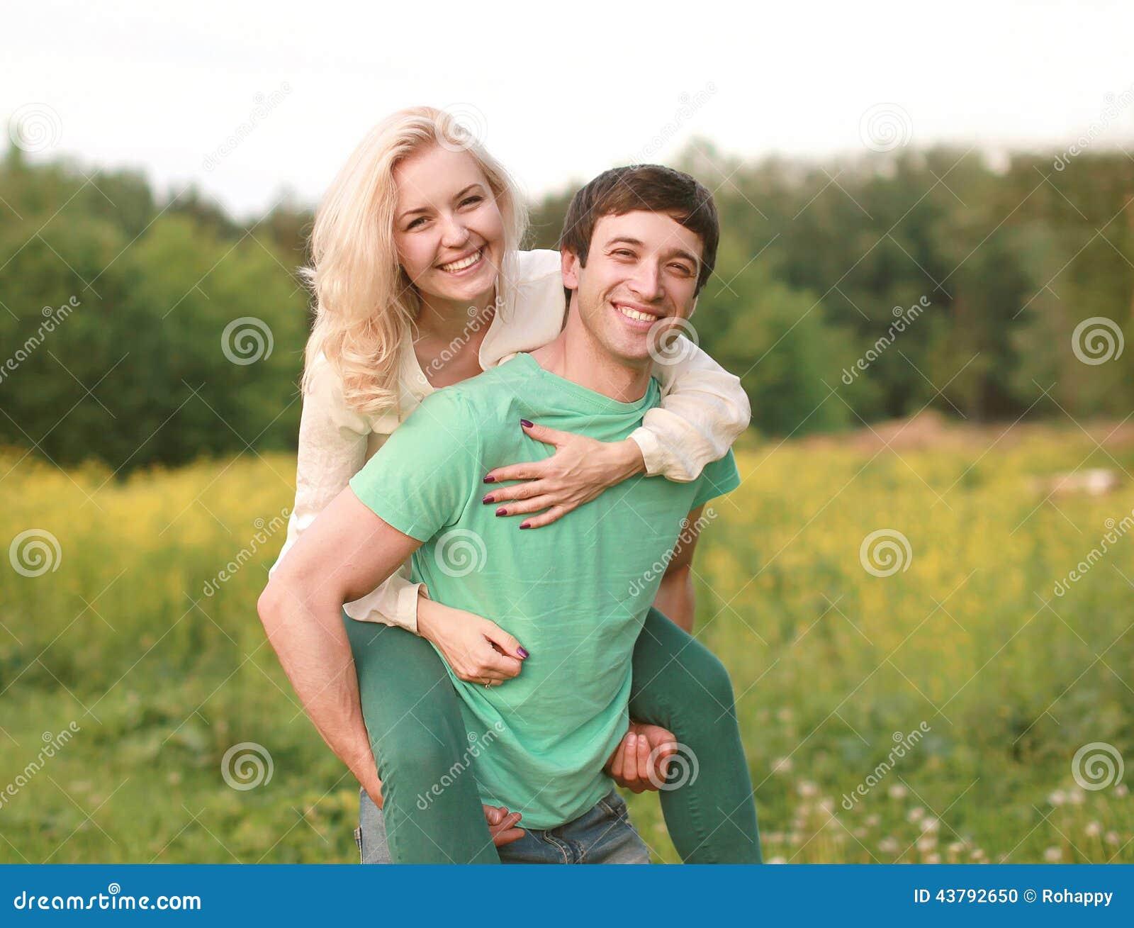 Giovani coppie felici che camminano nel giorno di estate