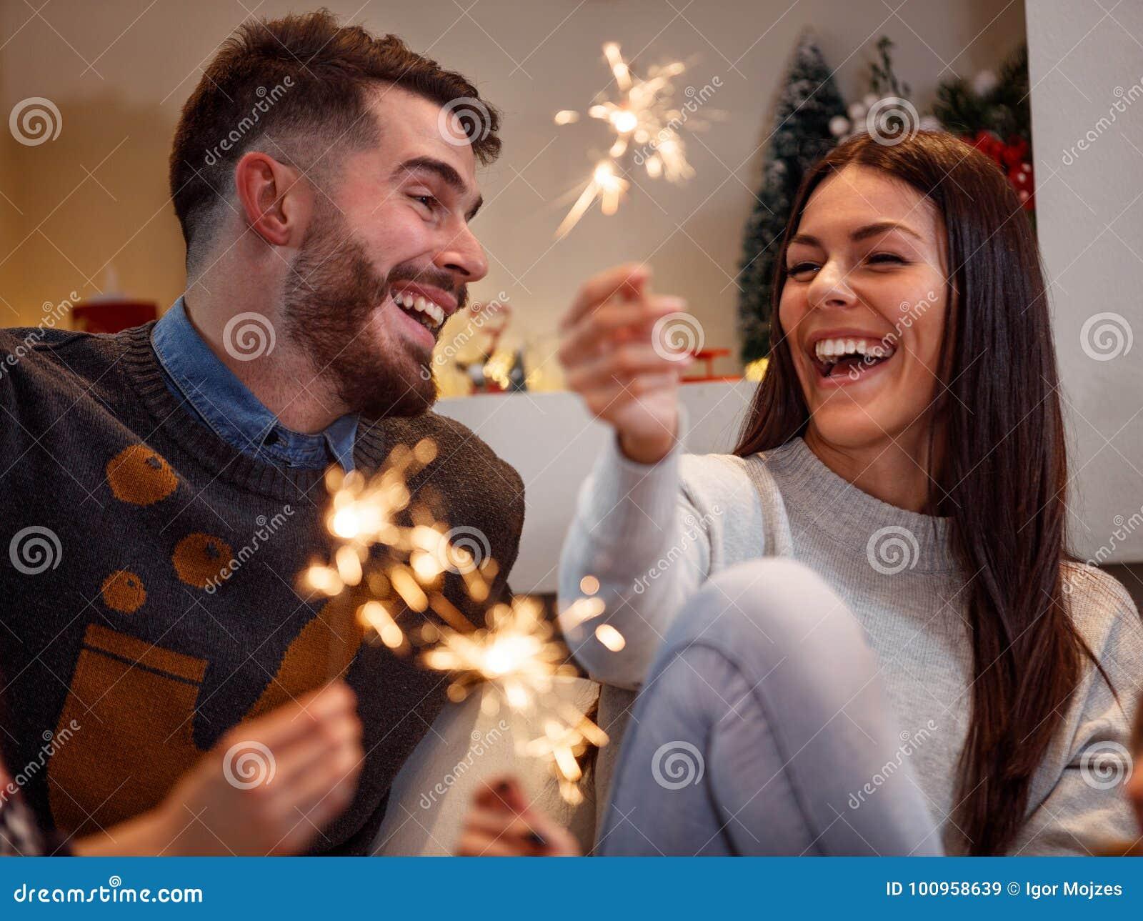 Giovani coppie felici che celebrano nuovo anno
