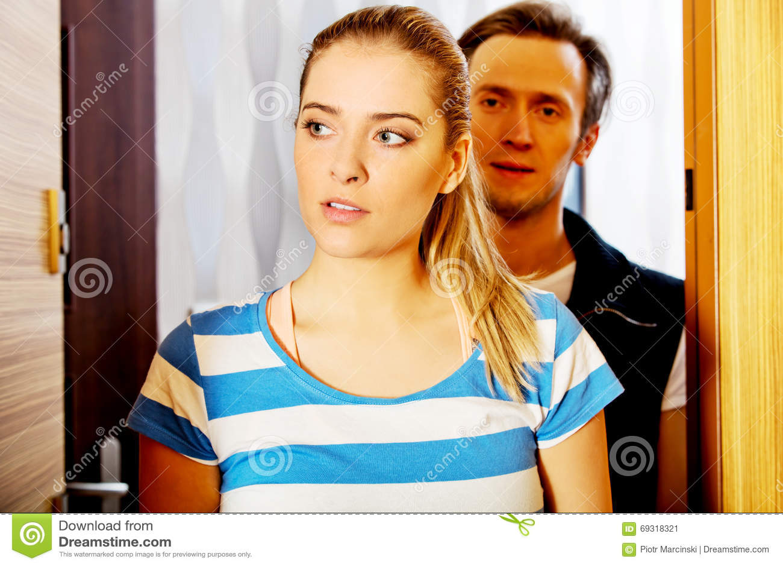 Giovani coppie felici che ritornano dirigersi