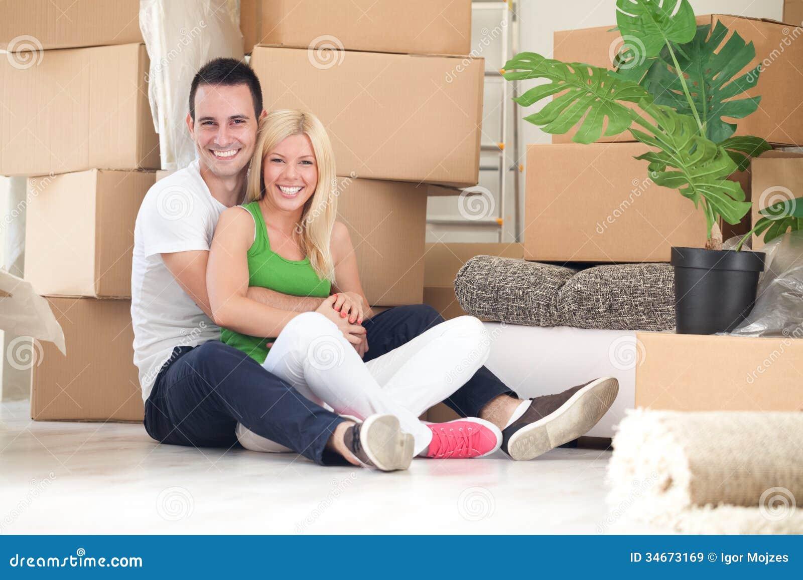 Giovani coppie felici per la loro nuova casa