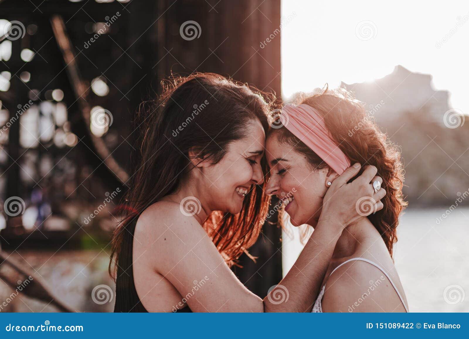 Giovani coppie lesbiche che abbracciano al tramonto all aperto Stile di vita e concetto di orgoglio L amore ? amore