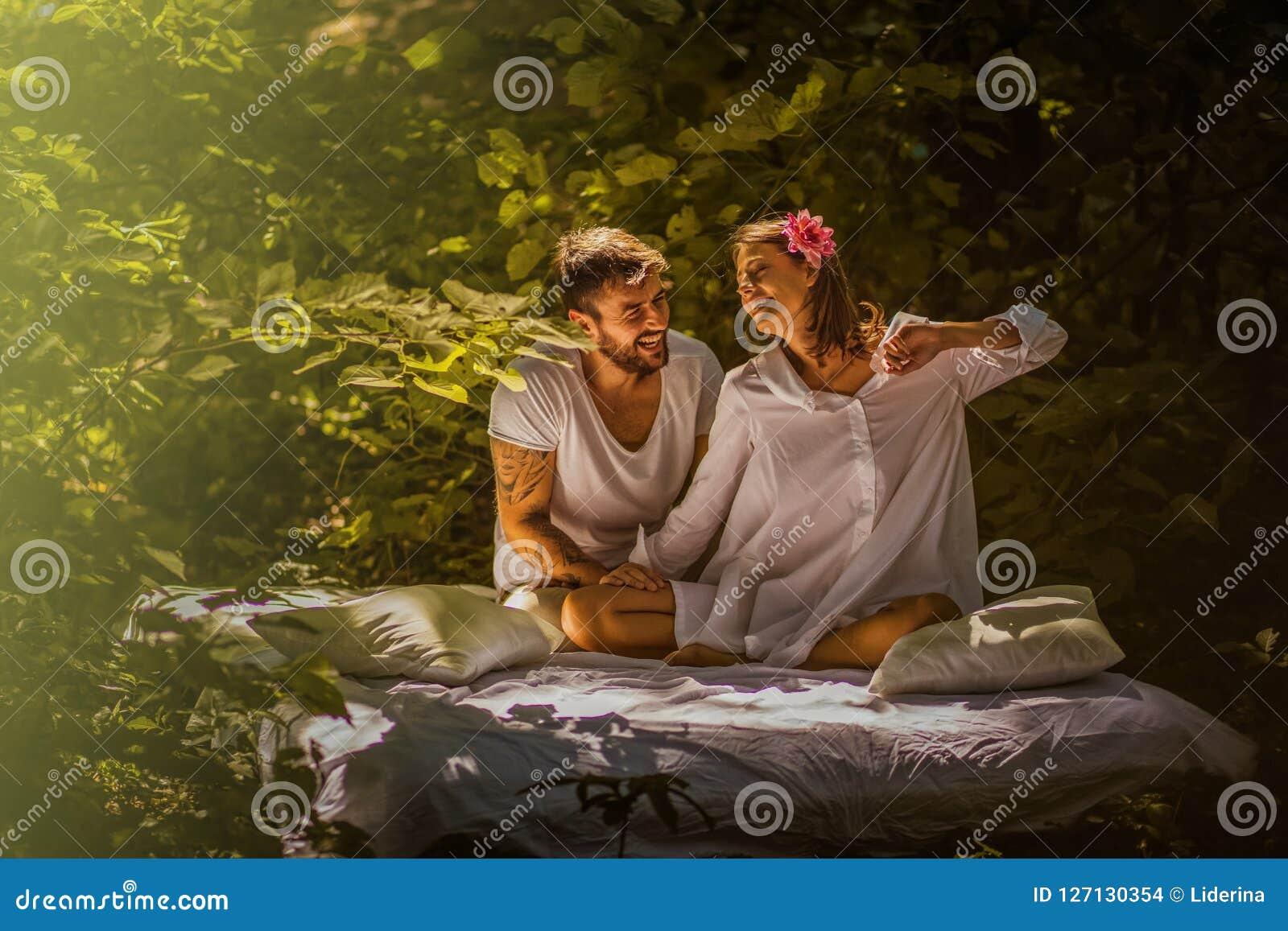 Giovani coppie nell amore Bellezza in natura