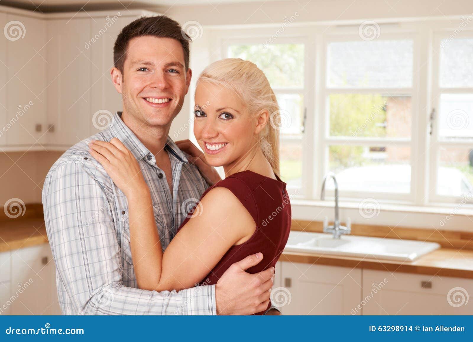 Giovani coppie nella nuova casa insieme
