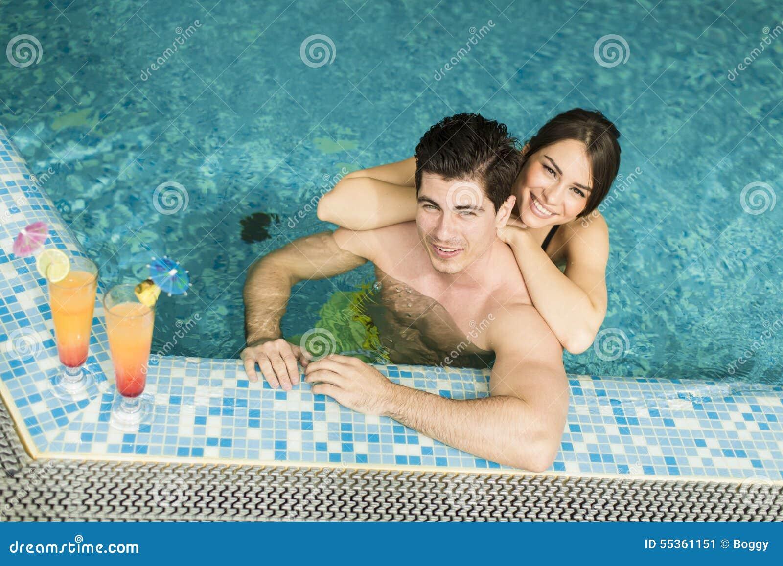 Giovani coppie nella piscina
