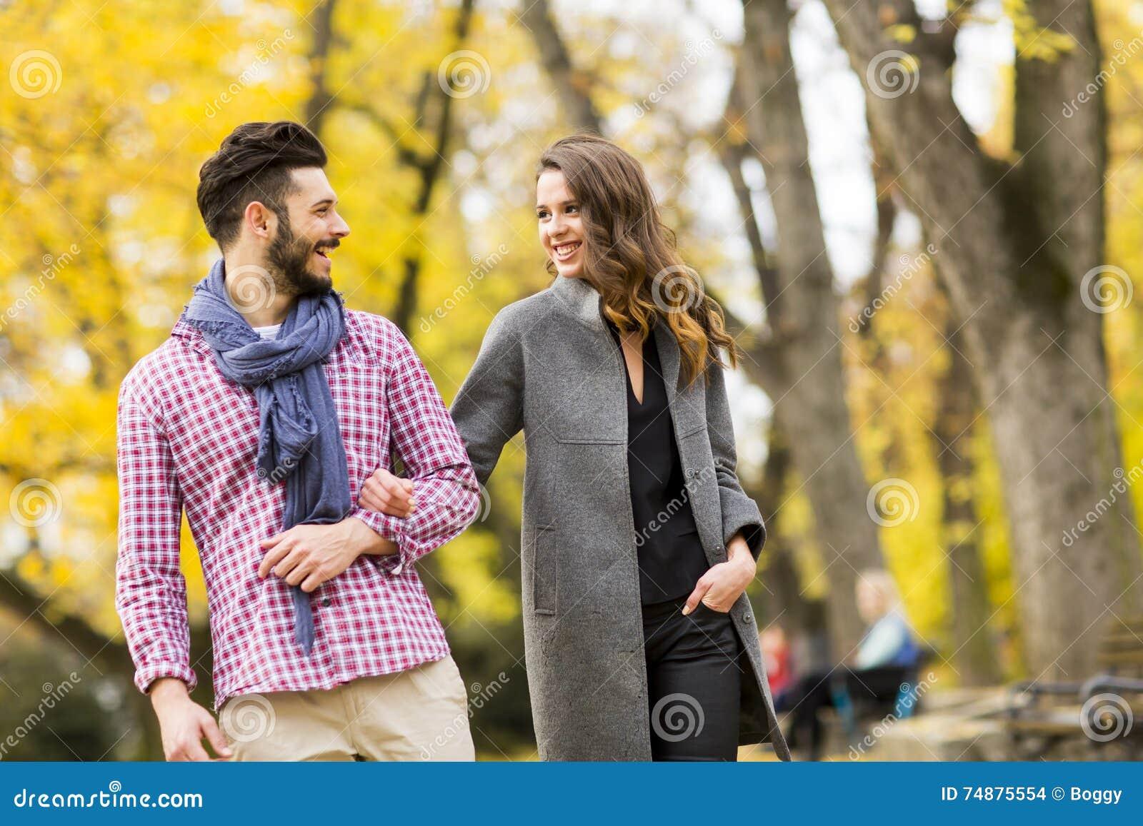 Giovani coppie nella sosta di autunno