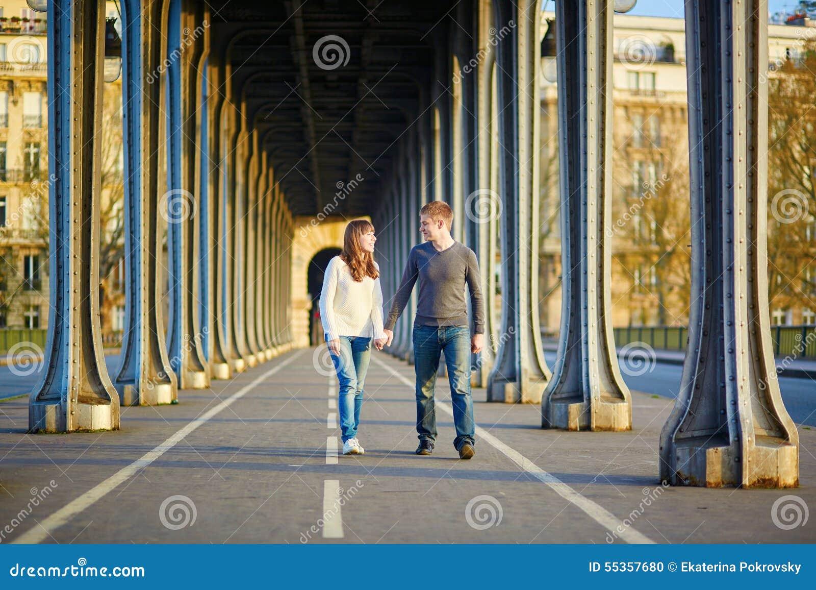 Giovani coppie a Parigi sul ponte di Bir Hakeim