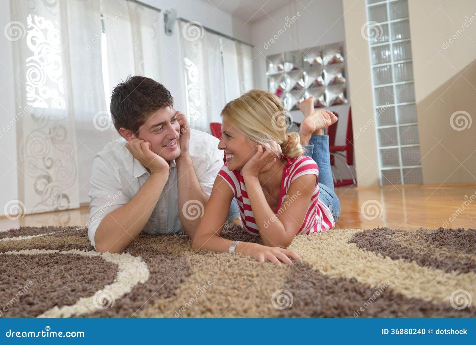 Download Giovani Coppie Rilassate Che Guardano TV A Casa Fotografia Stock - Immagine di adulto, controllo: 36880240