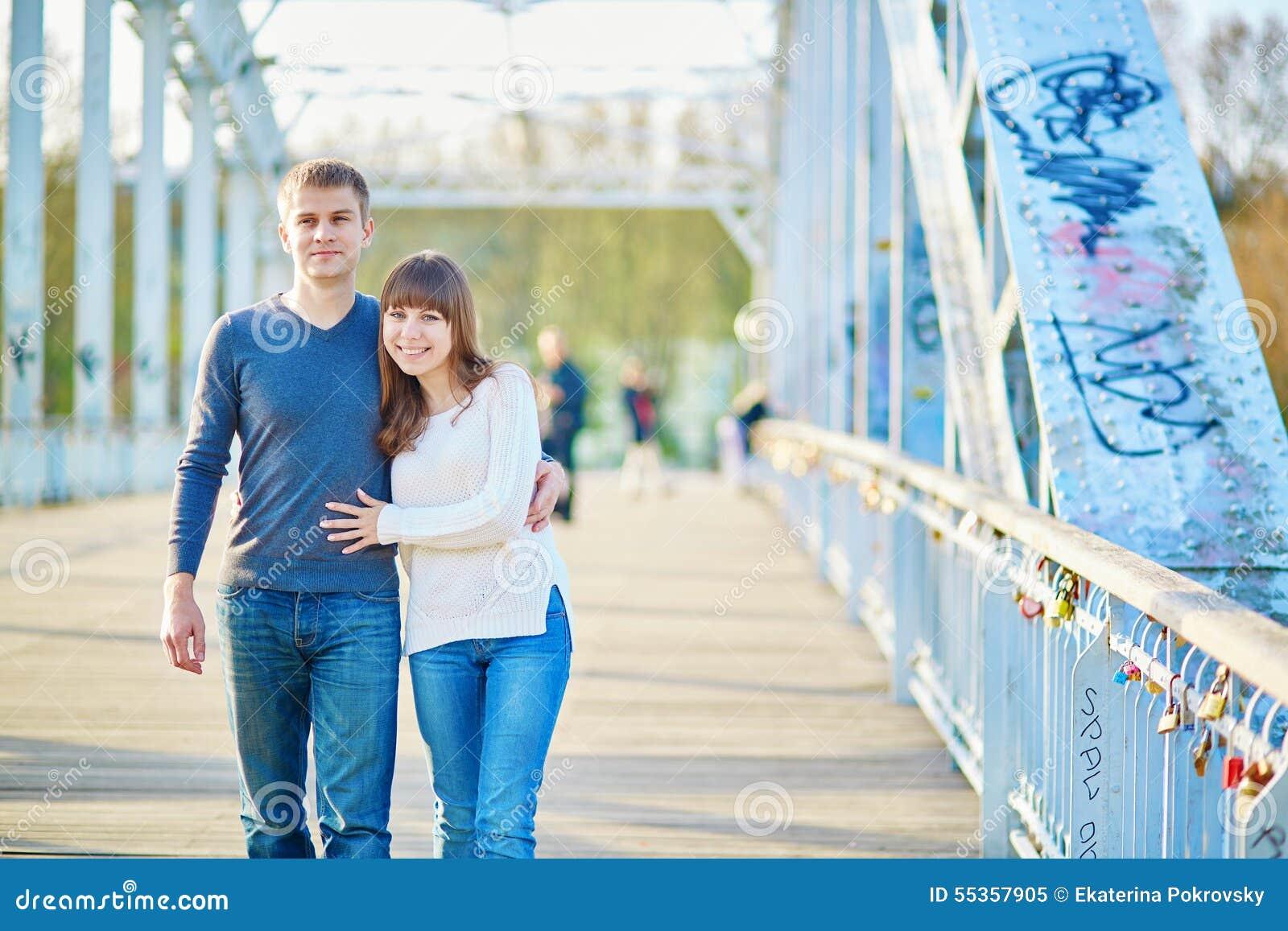 Giovani coppie romantiche a Parigi