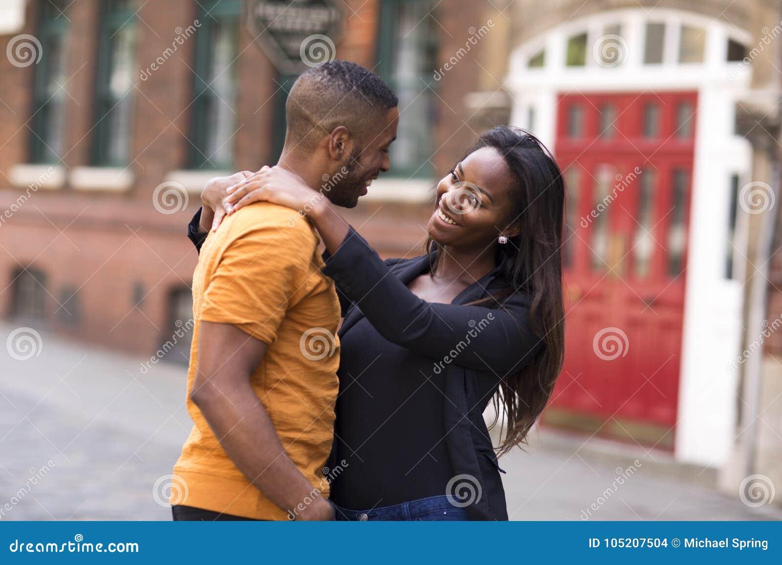 Giovani coppie sveglie felici nell amore