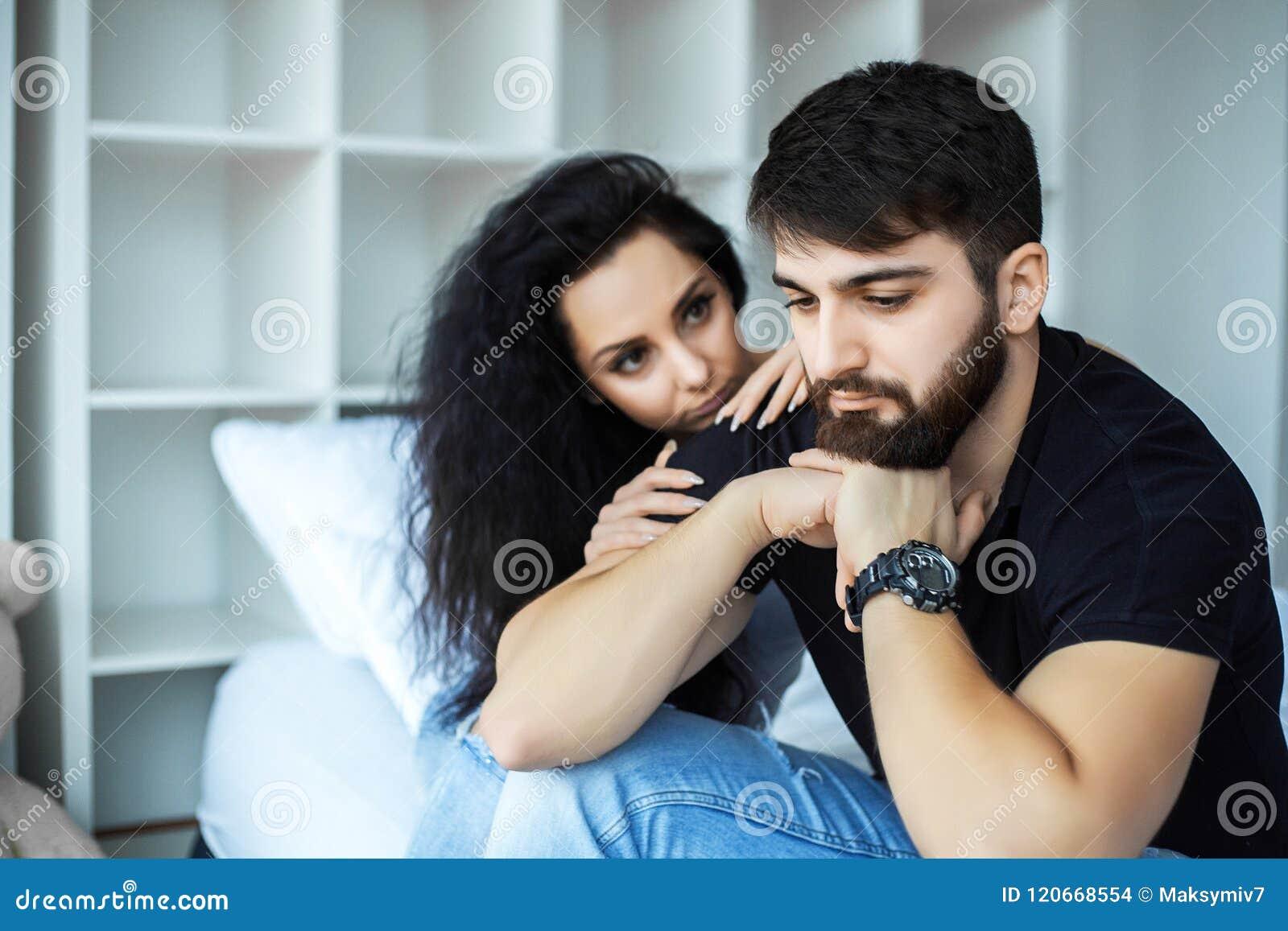 Giovani coppie turbate che hanno problemi con il sesso