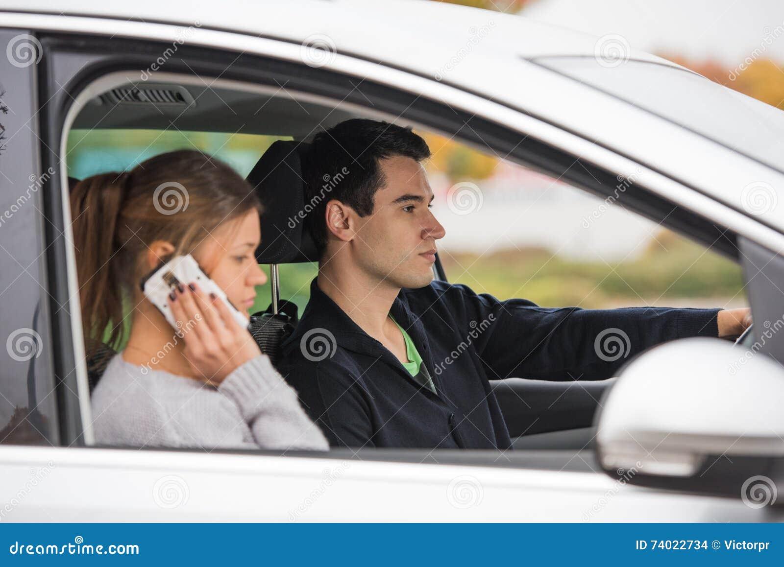 Giovani coppie in un automobile