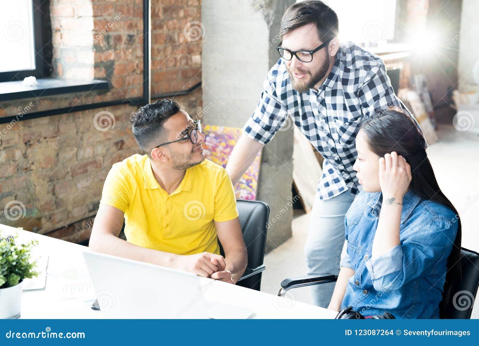 Giovani creativi che discutono lavoro nell ufficio