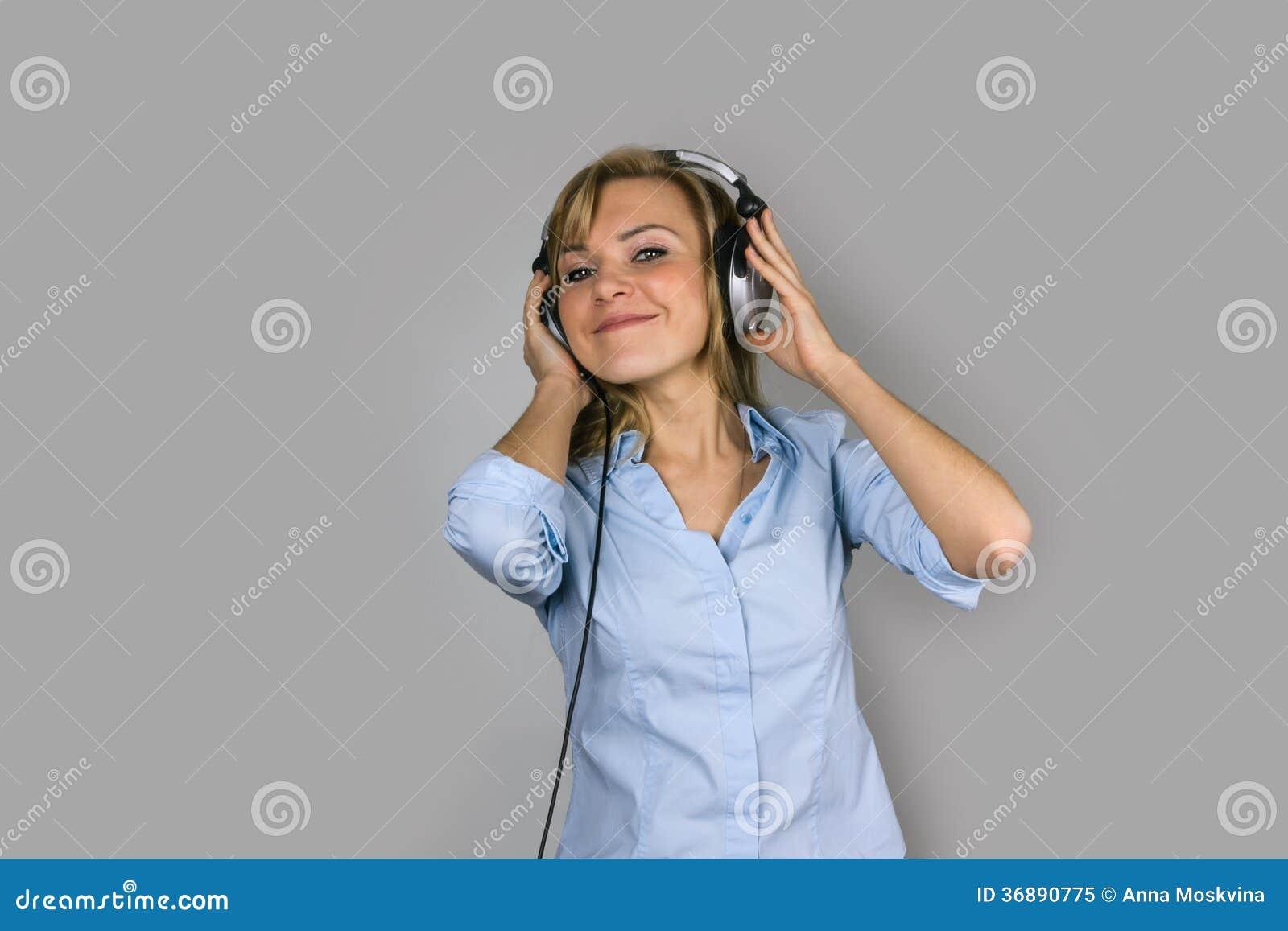 Download Giovani Cuffie Bionde Della Donna Di Prettty Immagine Stock - Immagine di prestazioni, concerto: 36890775