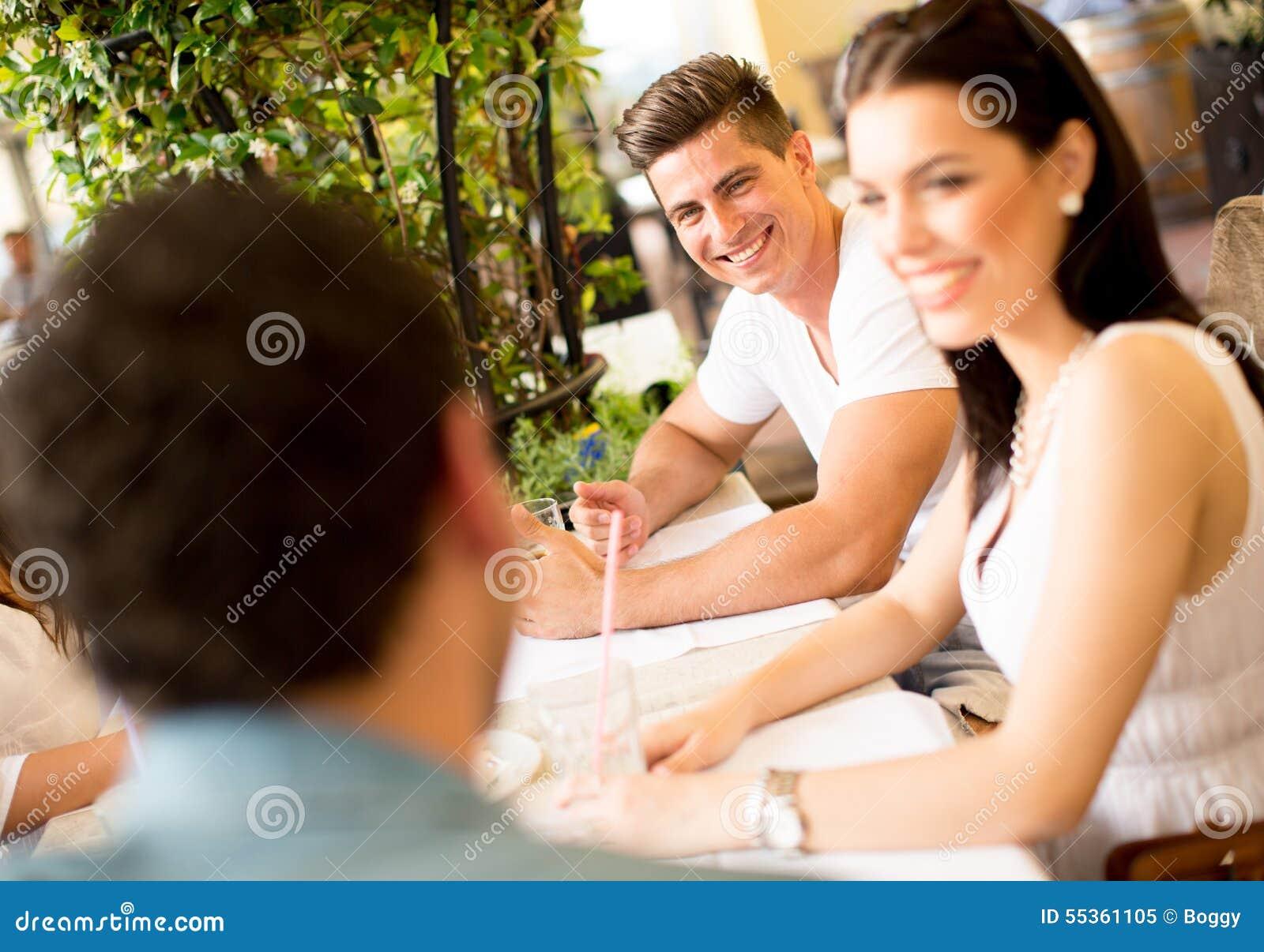 Giovani dalla tavola