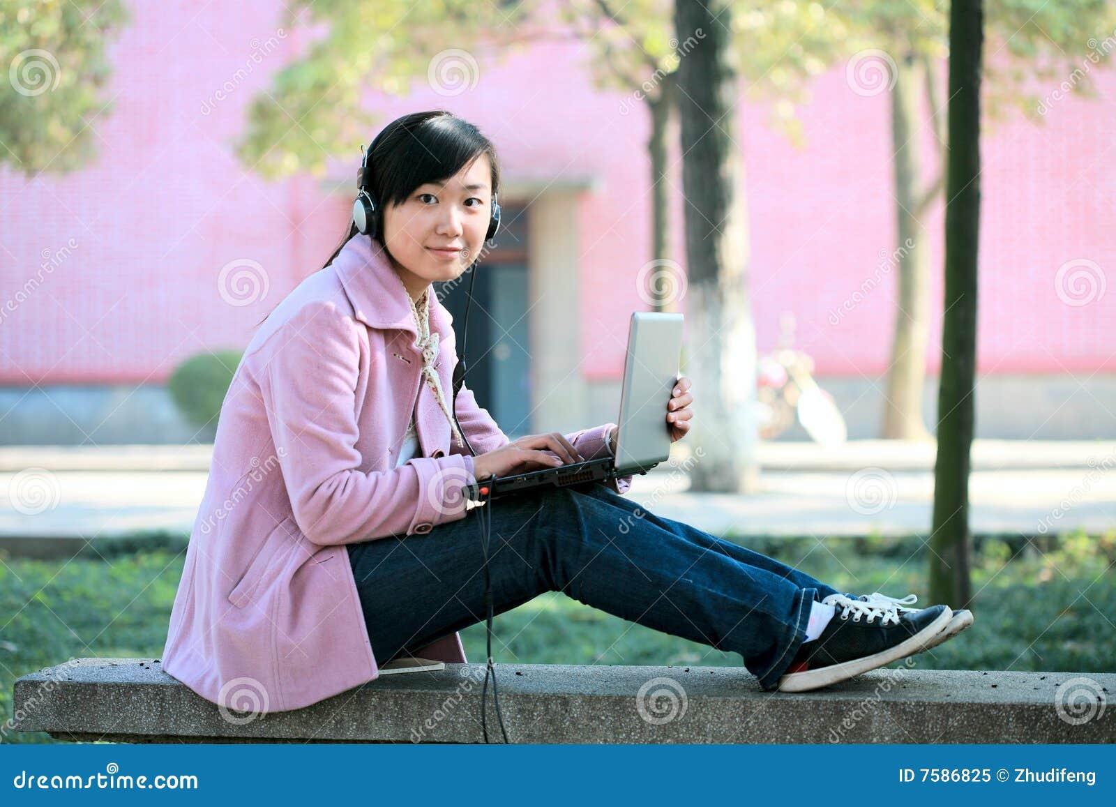 Giovani del computer portatile della ragazza