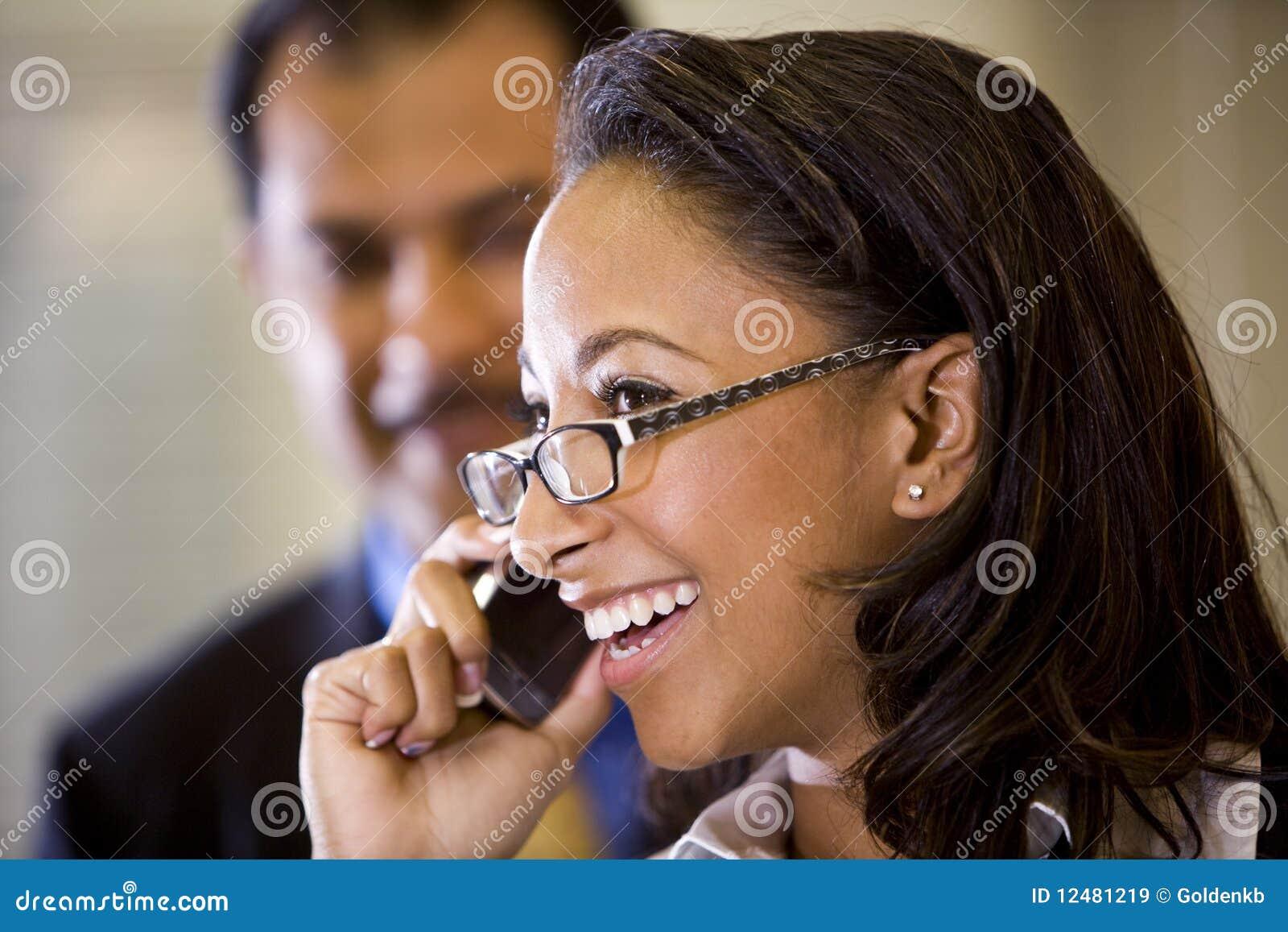 Giovani di conversazione della donna del cellulare dell afroamericano