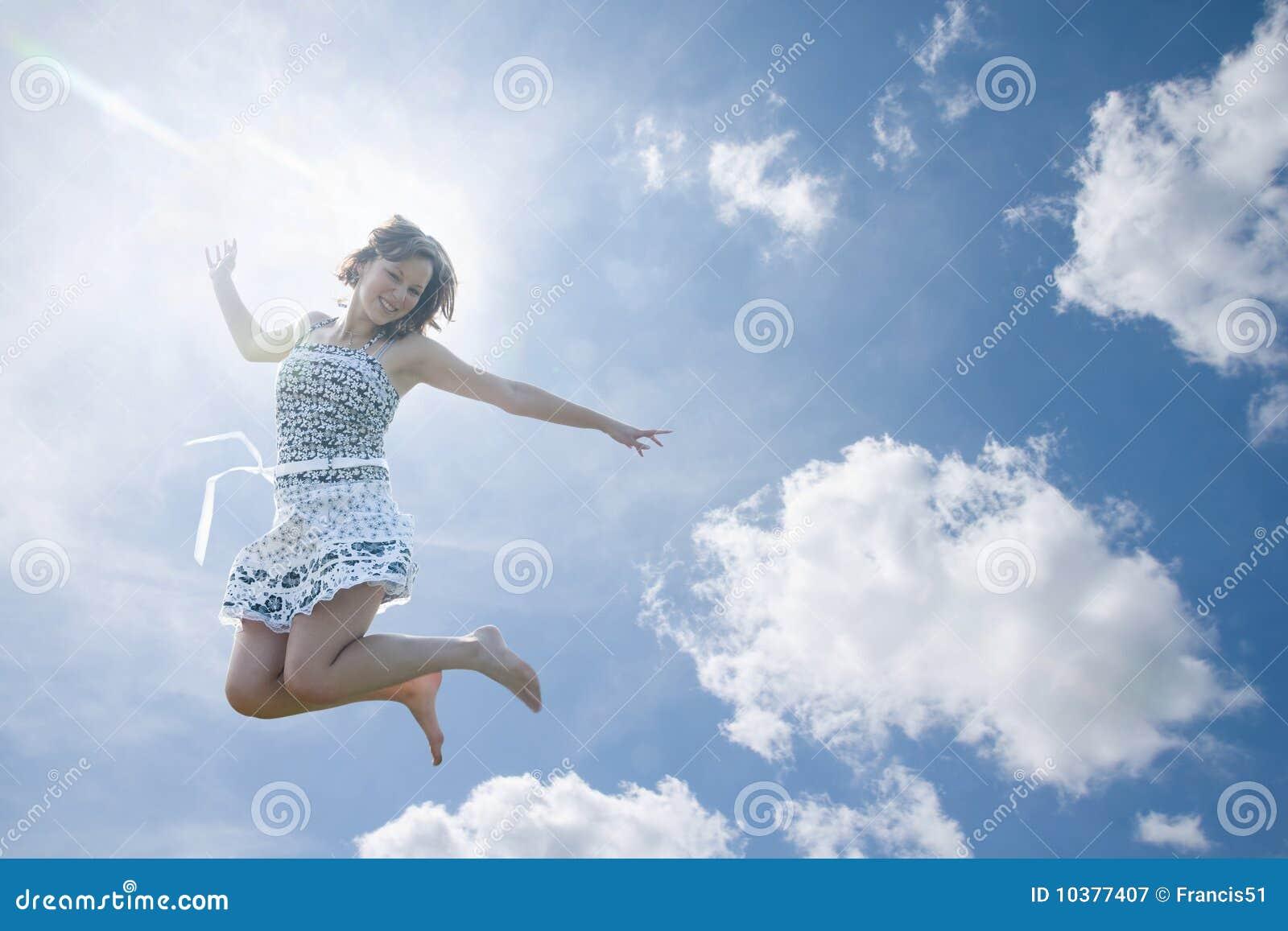 Giovani di salto della donna del cielo