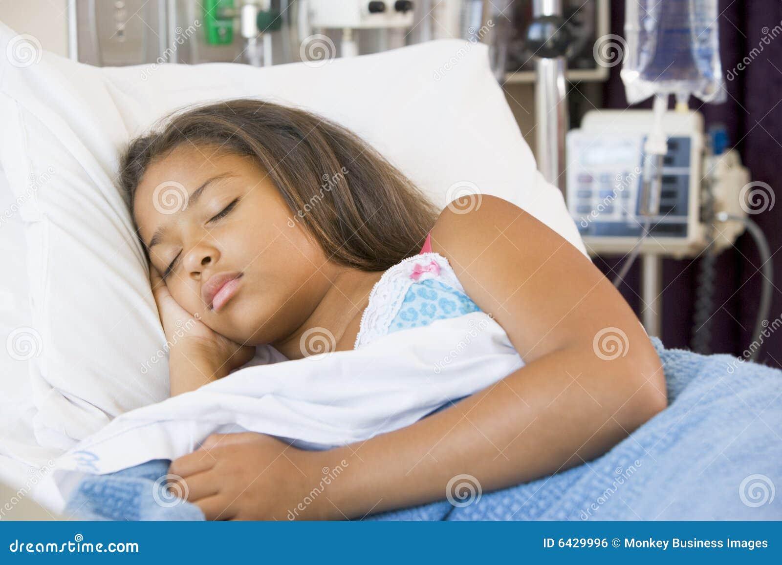 Giovani di sonno dell ospedale della ragazza della base