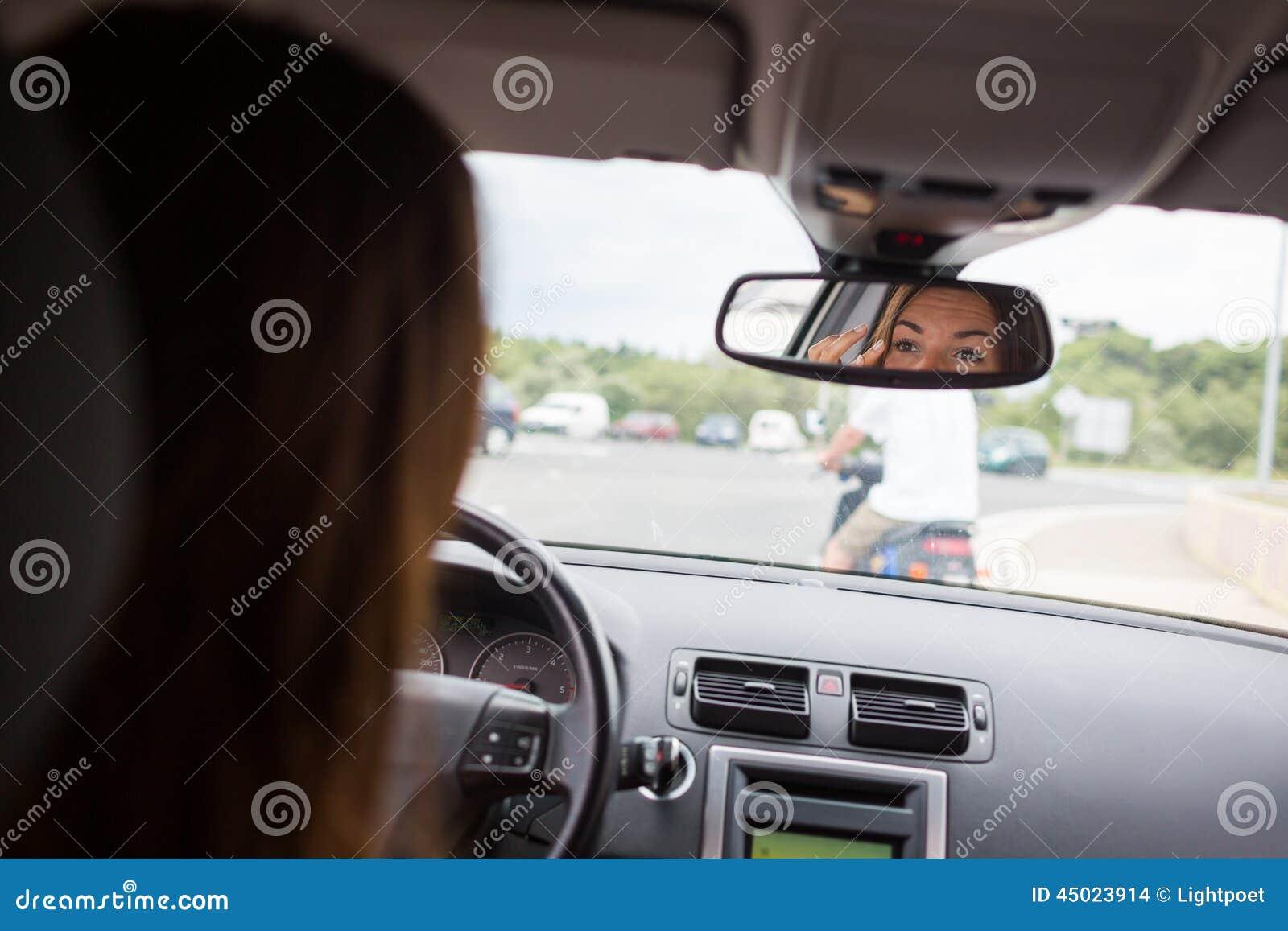 Giovani, donna che conduce un automobile