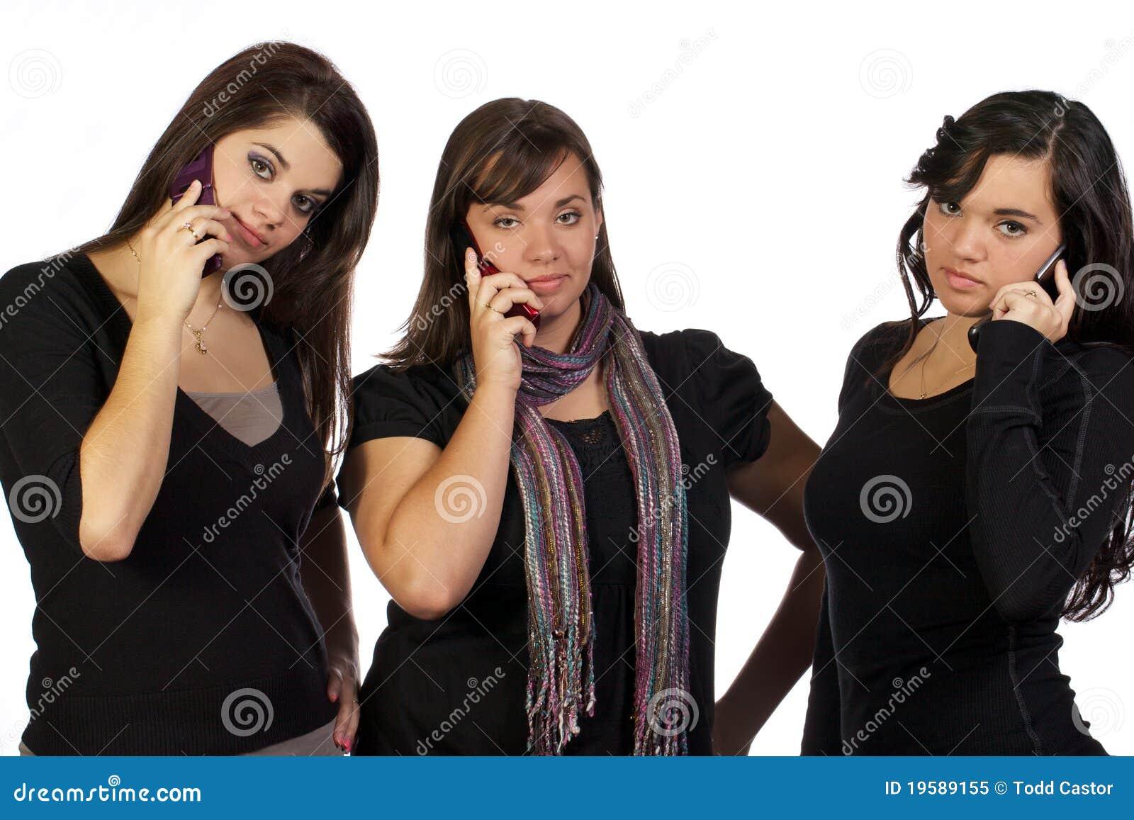 Giovani donne che ripartono una conversazione