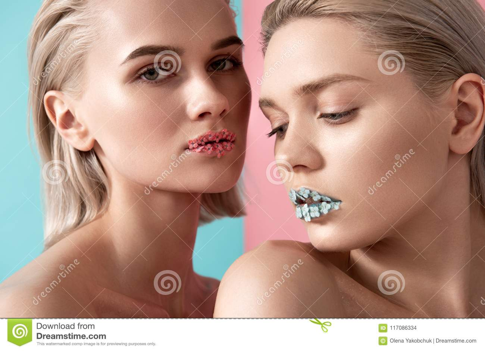 Giovani donne con la carnagione giusta sana