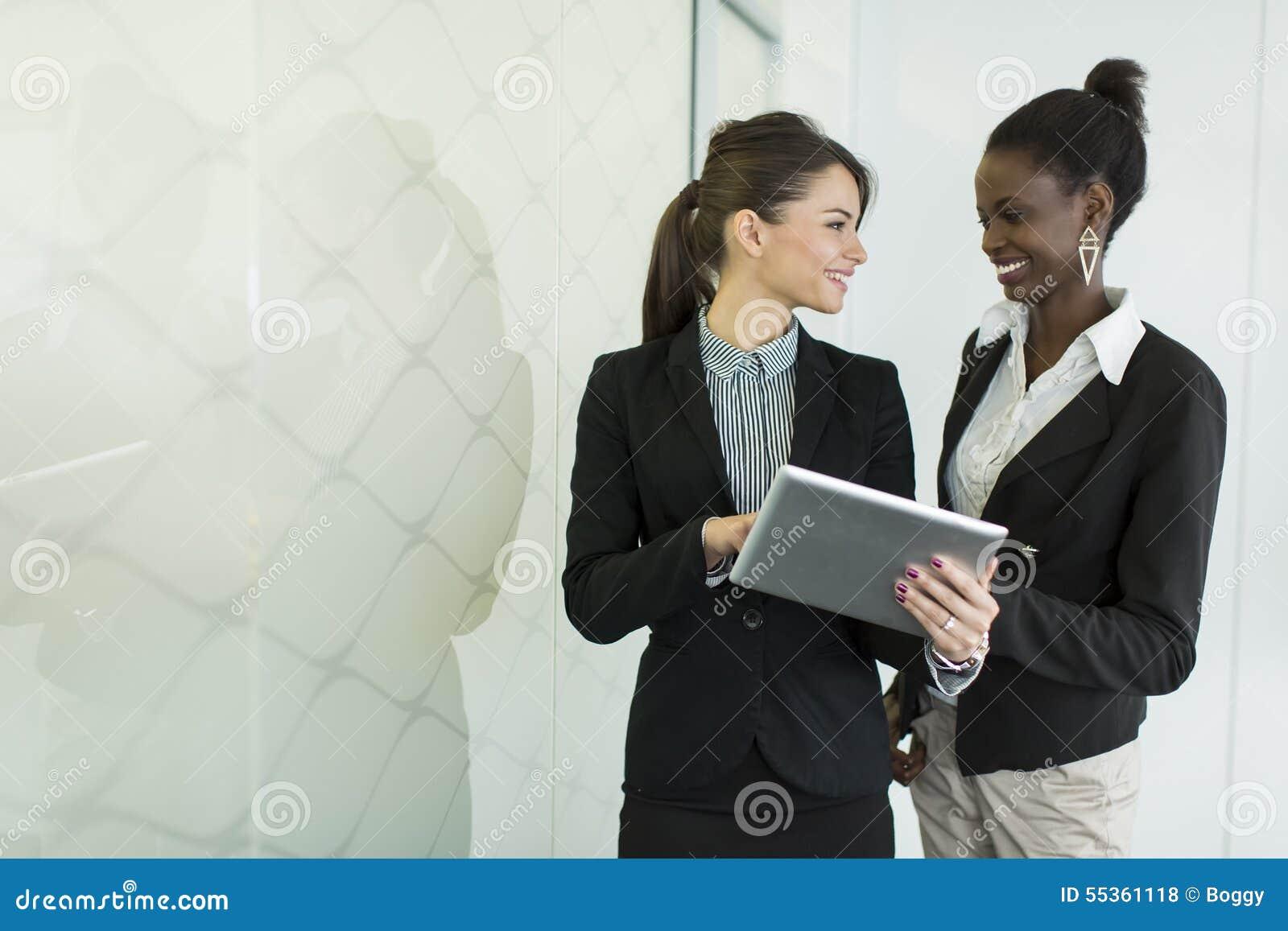 Giovani donne nell ufficio