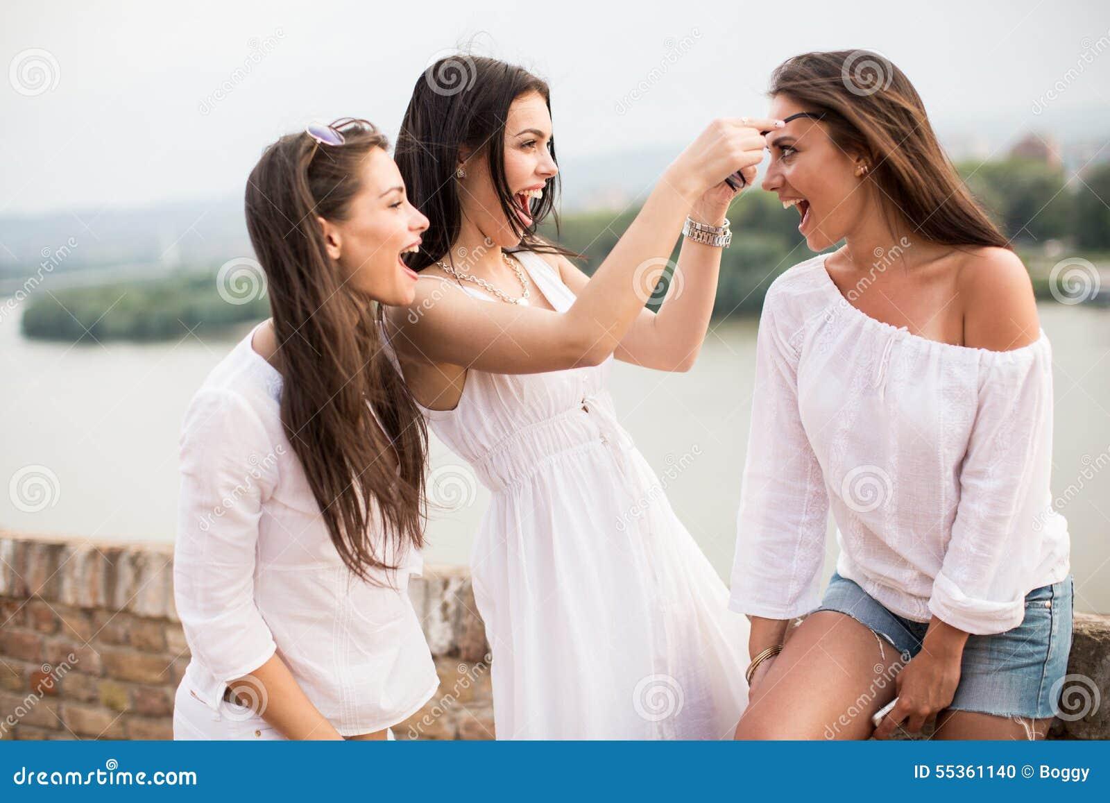 Giovani donne sul lungomare