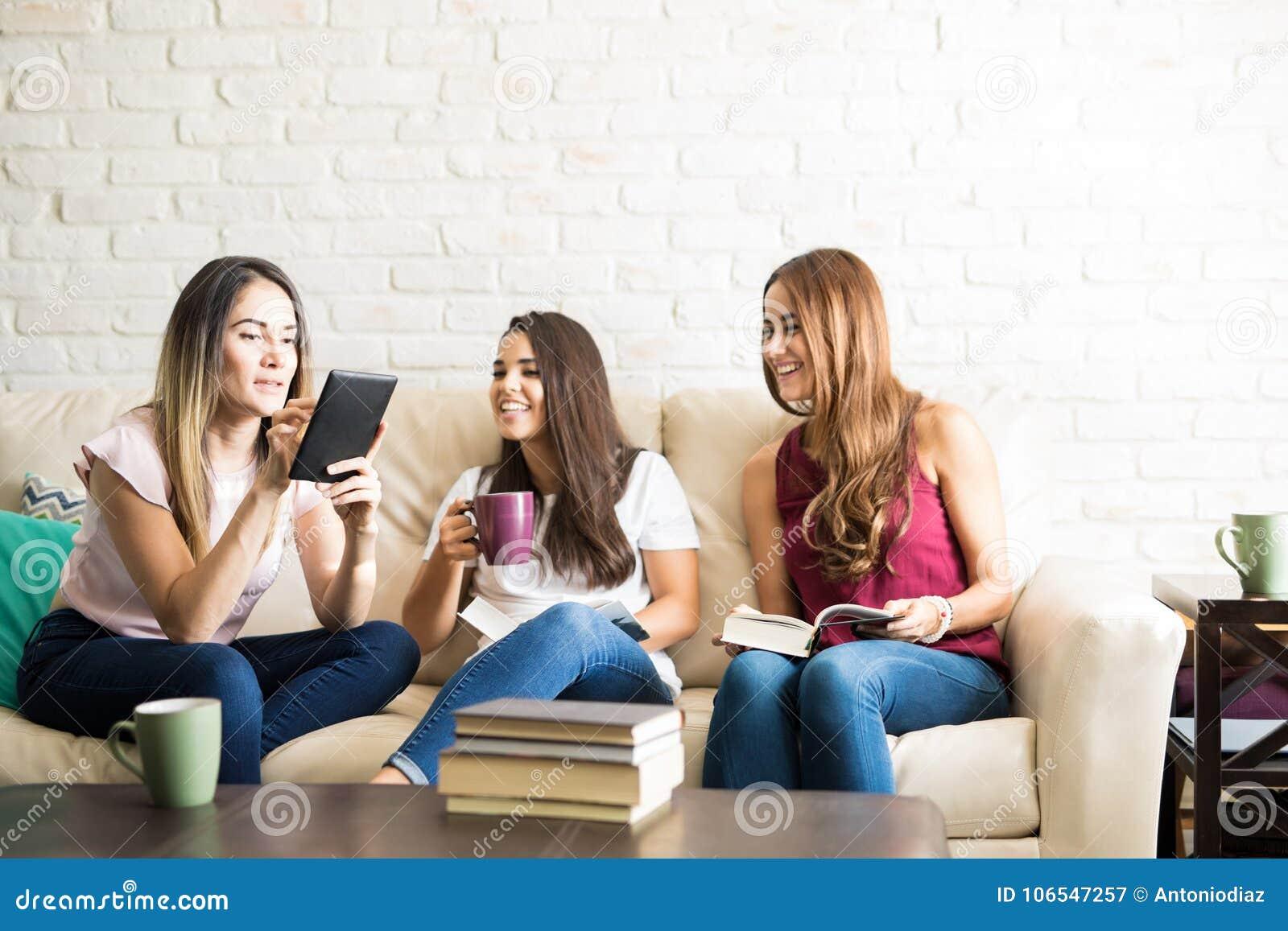 Giovani donne in un club del libro