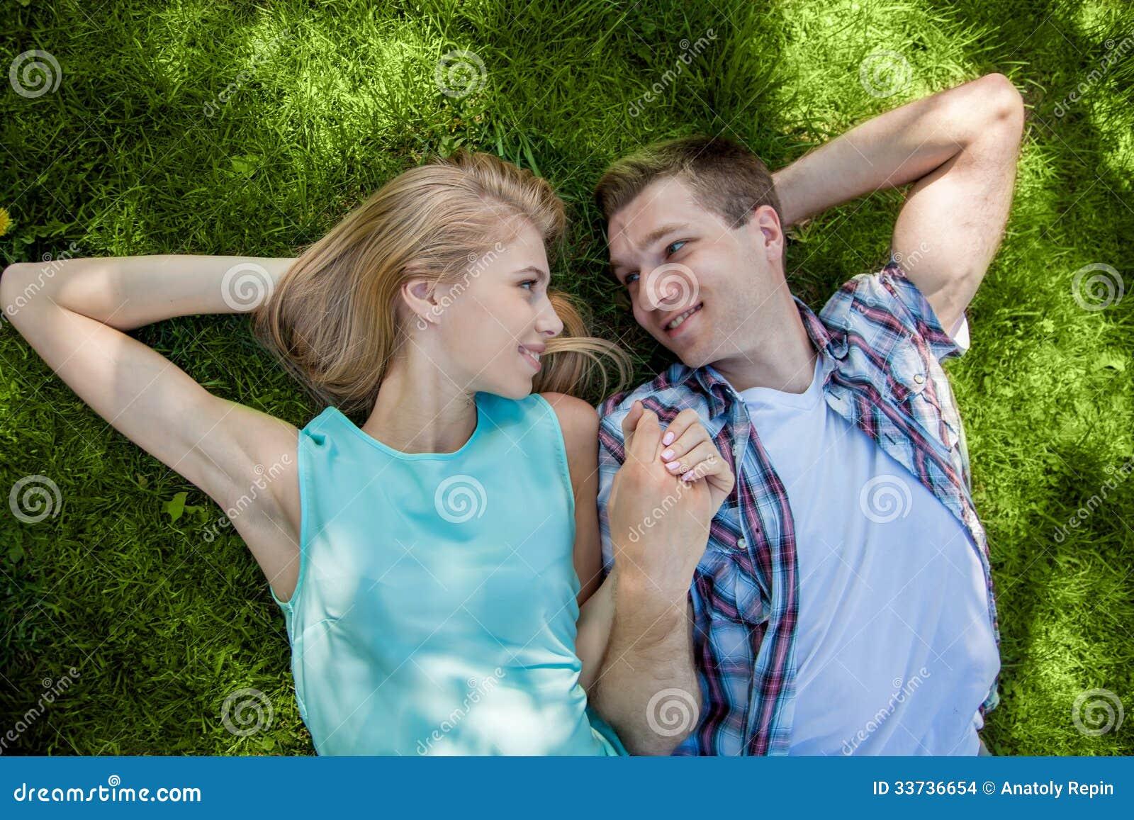 Giovani felici all aperto