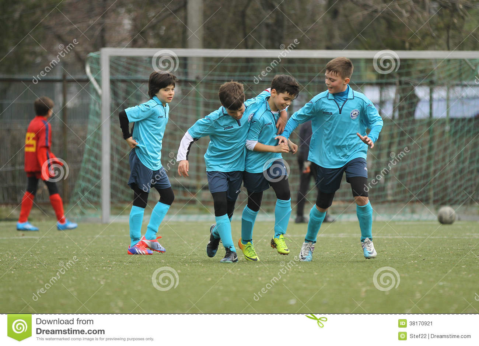 Giovani giocatori di football americano felici dopo uno scopo