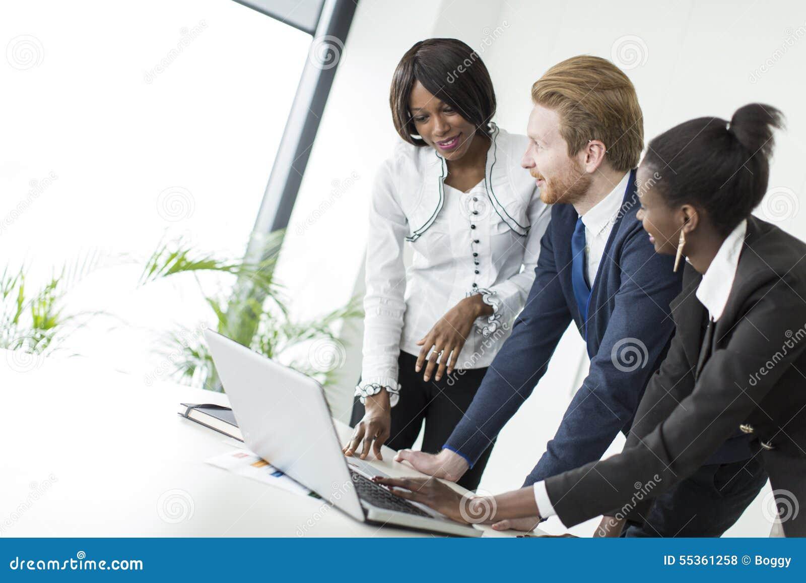 Giovani nell ufficio
