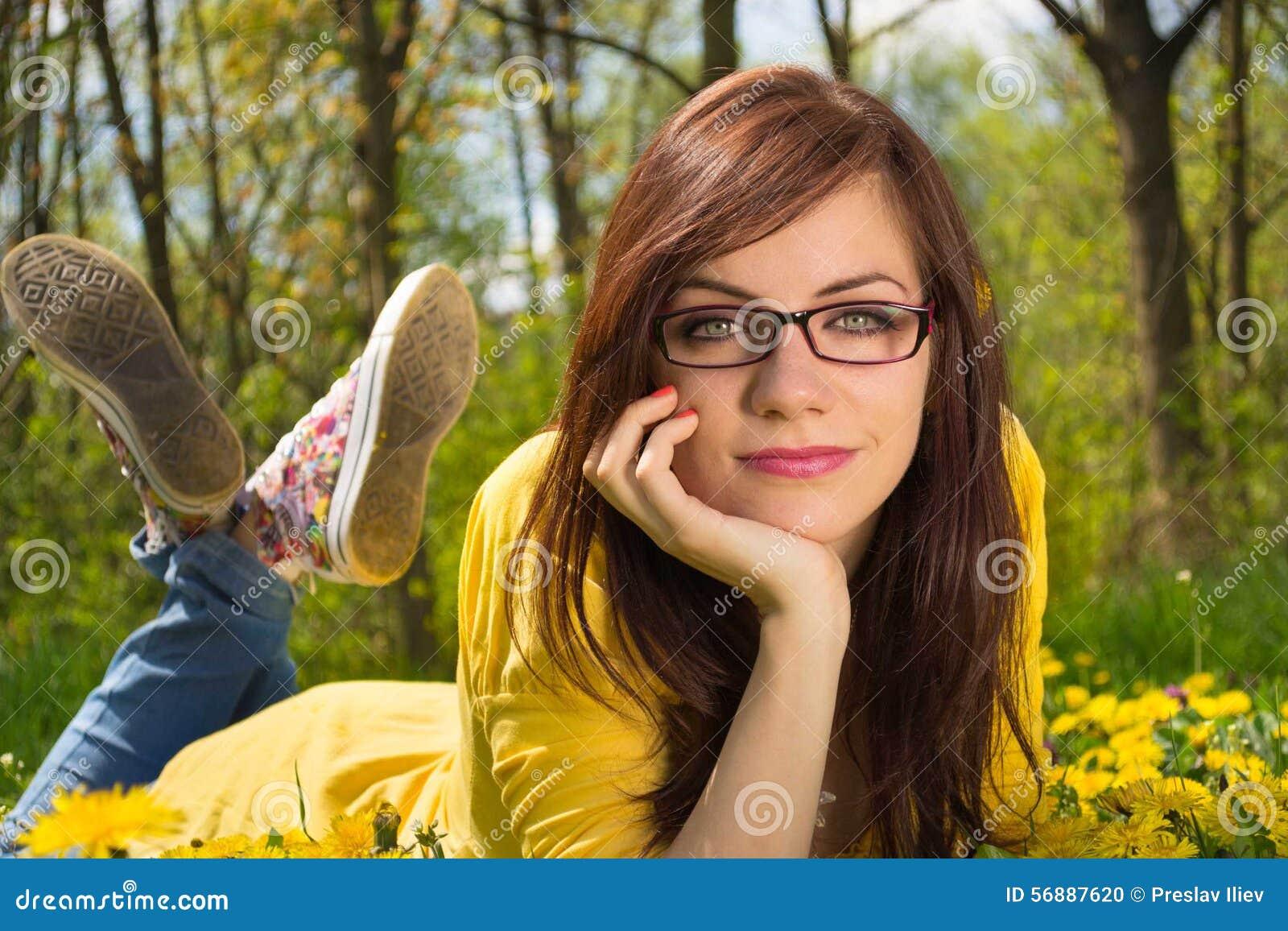 Giovani poco profondi della donna della sosta di dof