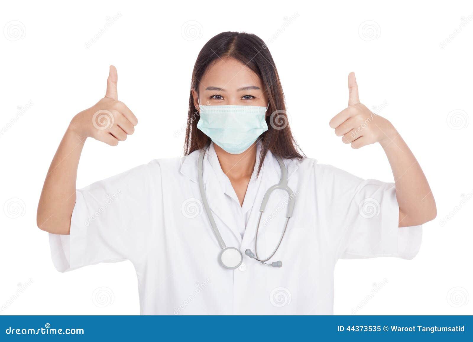 Giovani pollici femminili asiatici di medico su con entrambe le mani