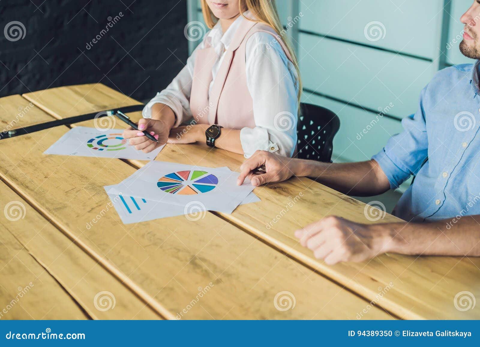 Giovani, professionisti attraenti che hanno addestramento di affari