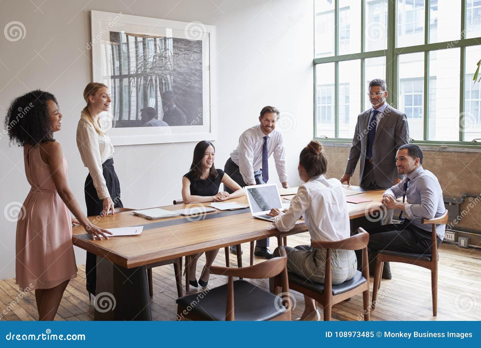 Giovani professionisti intorno ad una tavola ad una riunione d affari