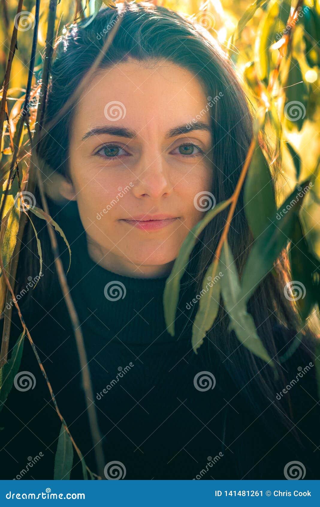 Giovani sorrisi caucasici femminili alla macchina fotografica