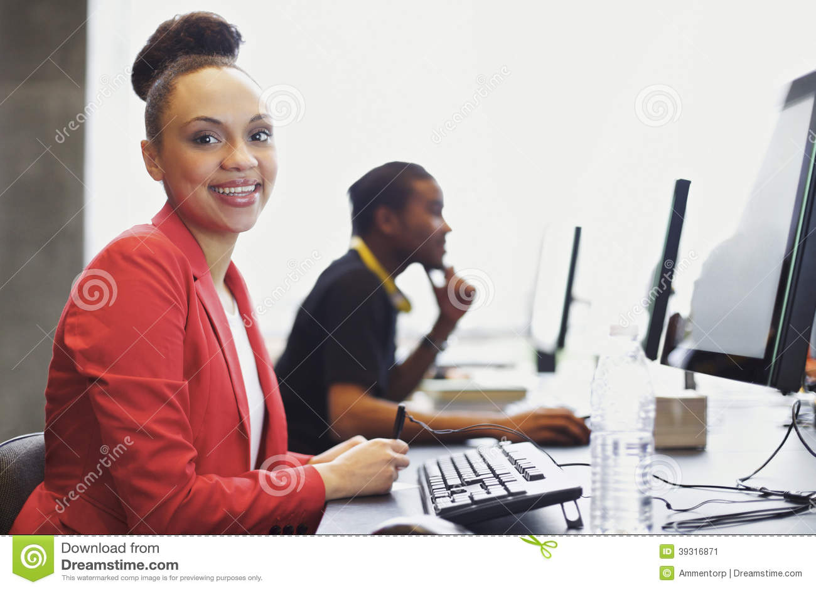 Giovani studenti al laboratorio del computer dell istituto universitario