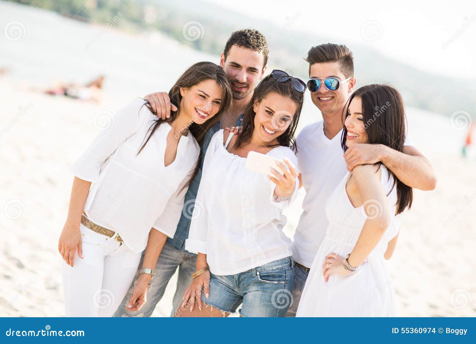 Giovani sulla spiaggia