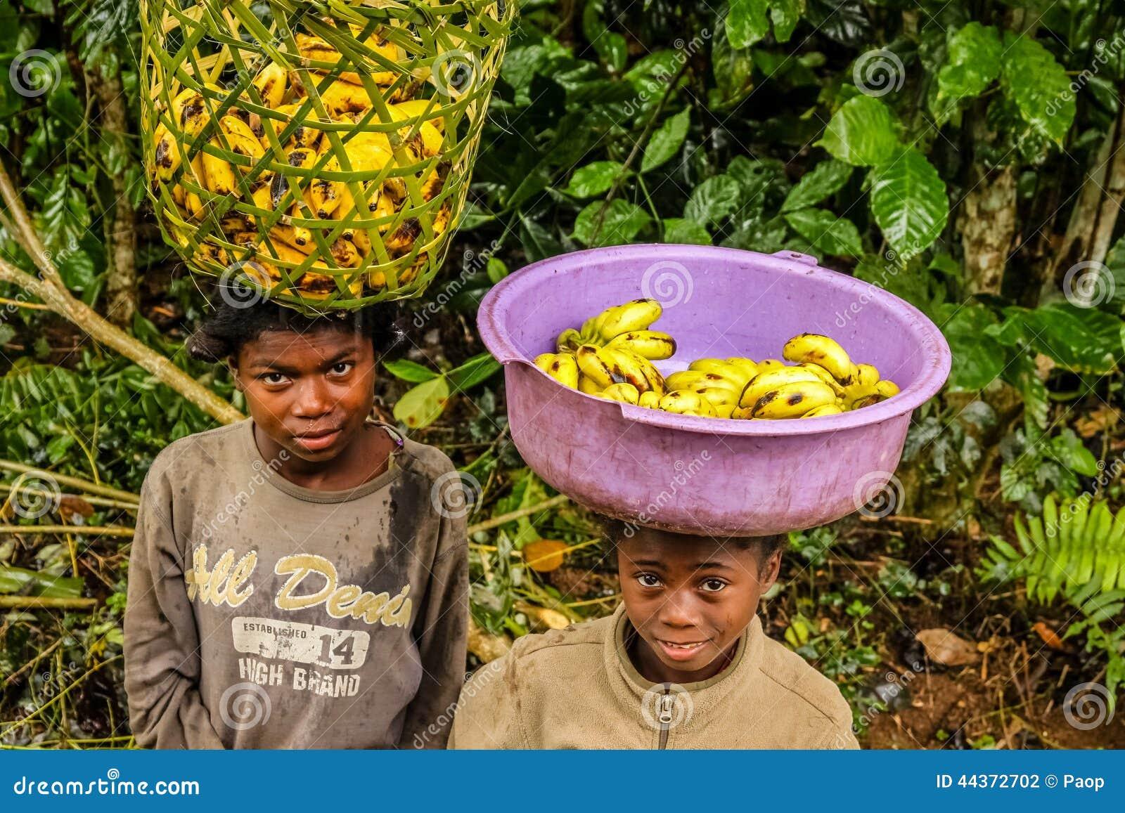 Giovani venditori della banana