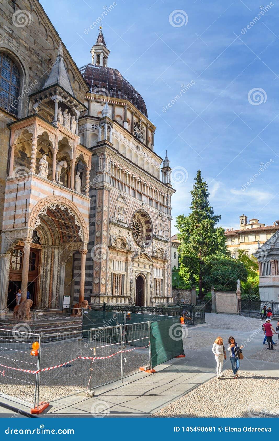 Giovannis da Campiones farstubro av Santa Maria Maggiore och fasad av Cappella Colleoni i Bergamo italy