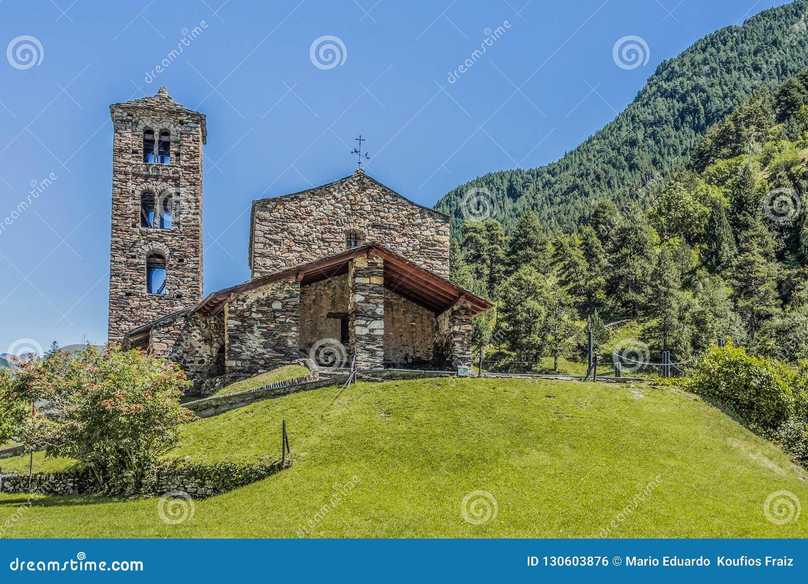 Gipfel und Steinkirchenfassade in den Pyrenäen Andorra Europa