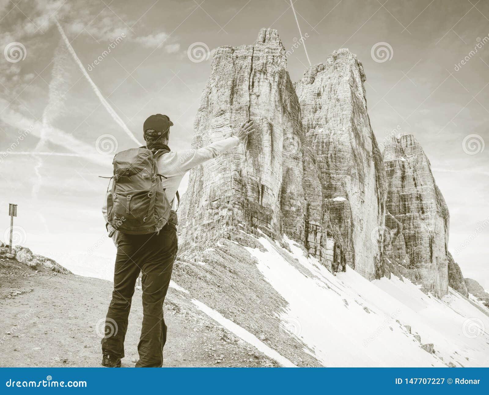 Gipfel von Alpenbergen Touristischer Weg mit Rucksack