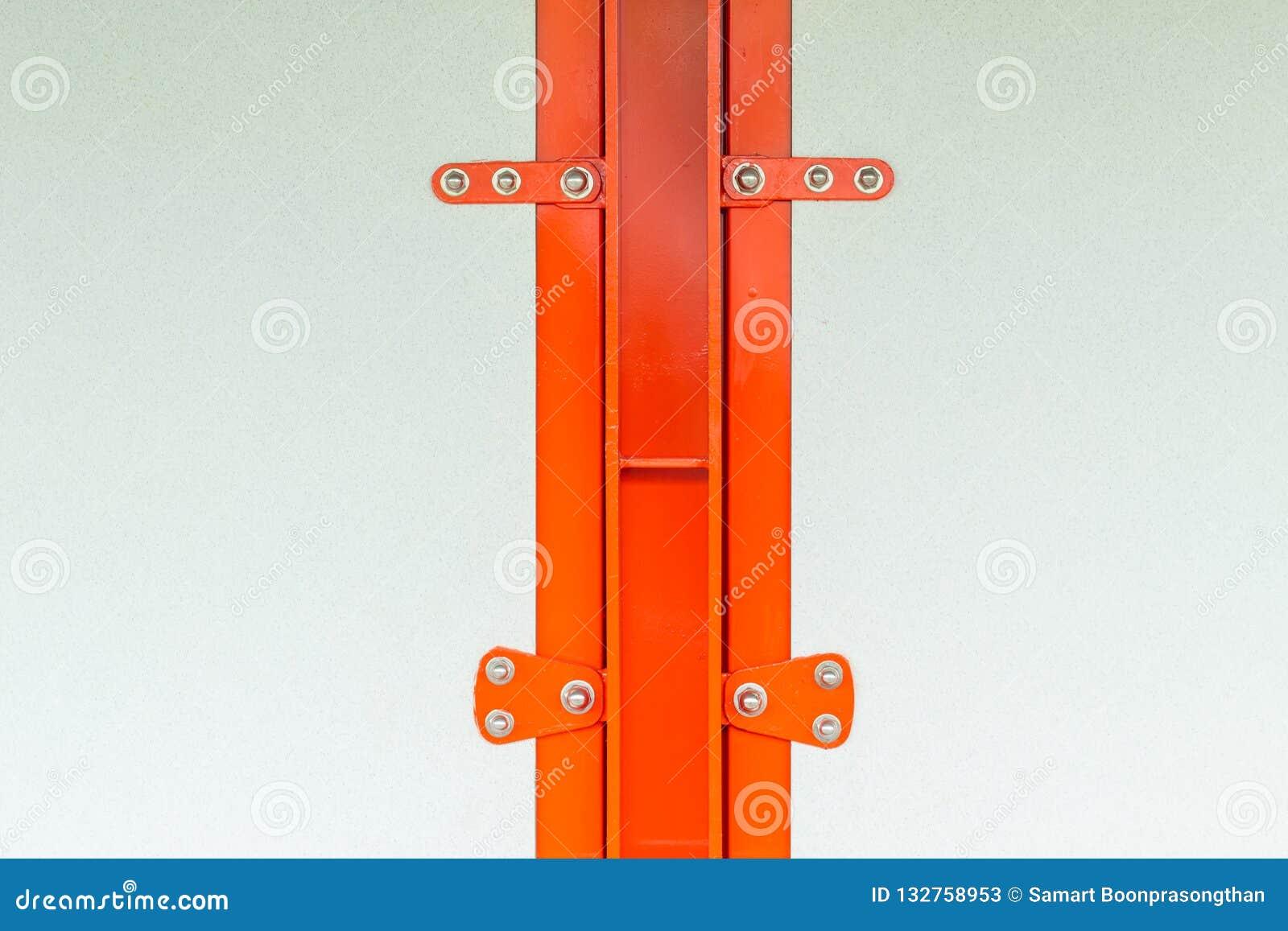 Gipspanelen met schroeven aan een Sinaasappel die van de staalstructuur worden vastgemaakt