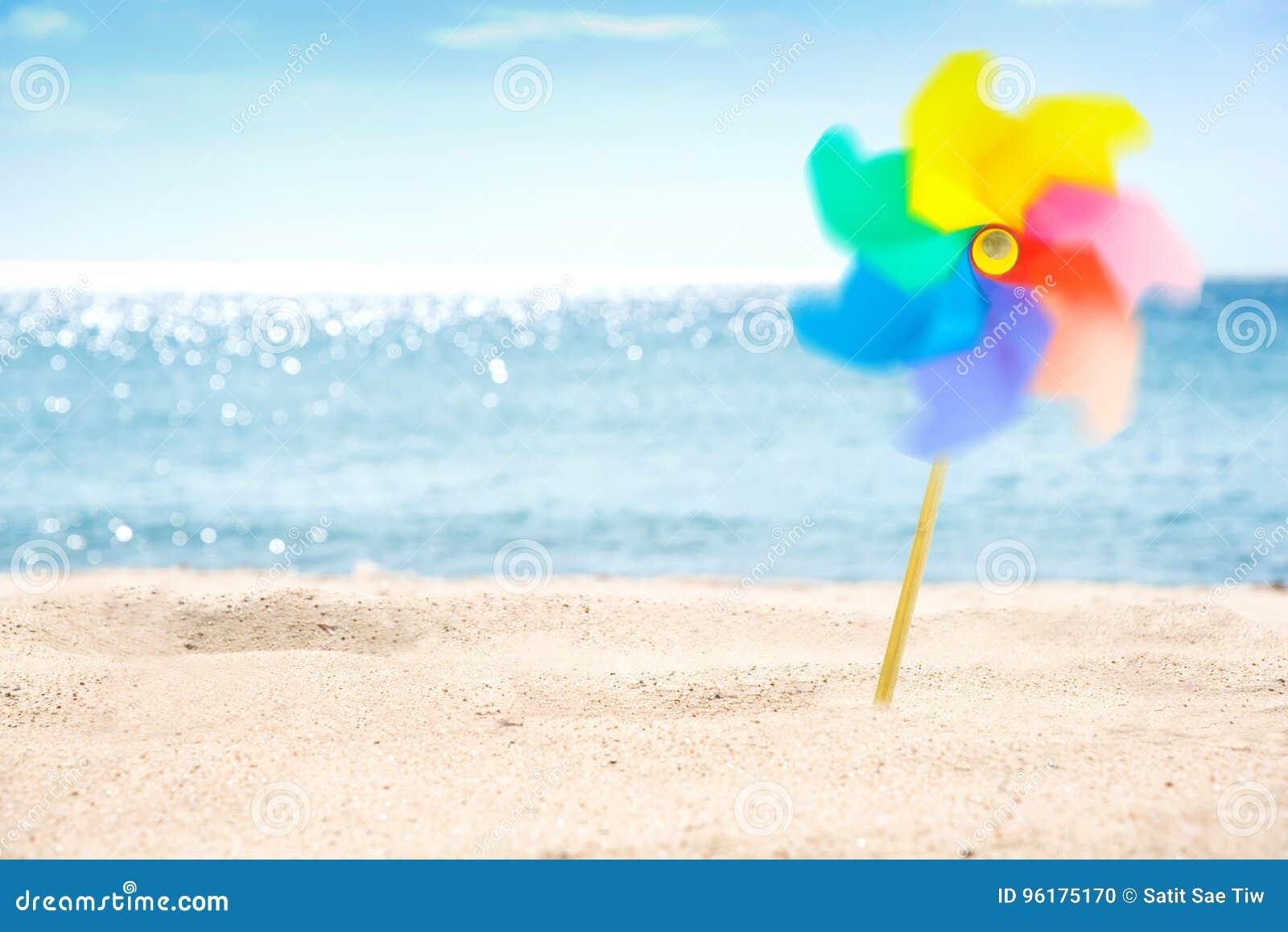 Girândola colorido de giro no fundo da praia
