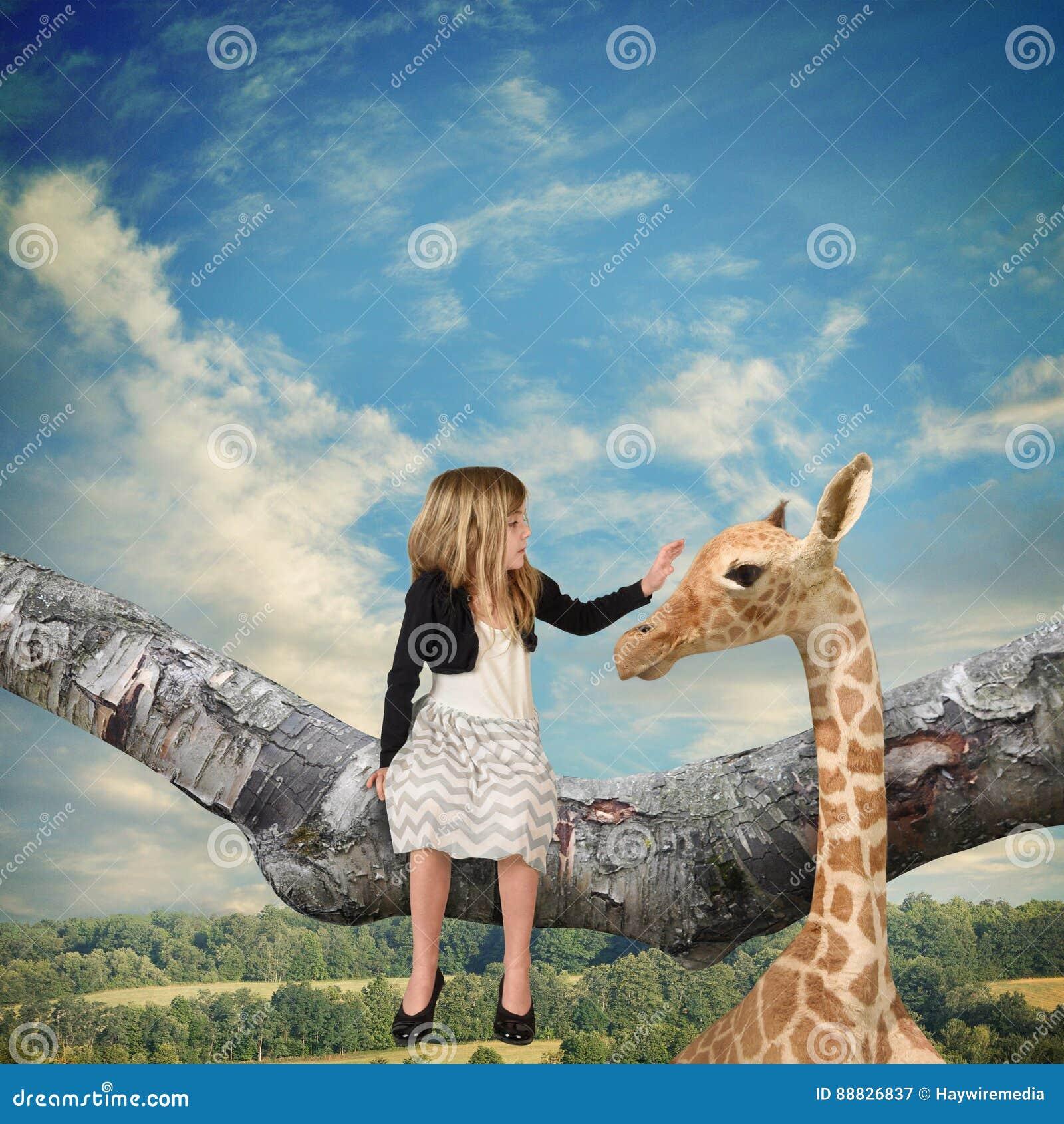 Giraffe Petting παιδιών ζώο στον κλάδο δέντρων