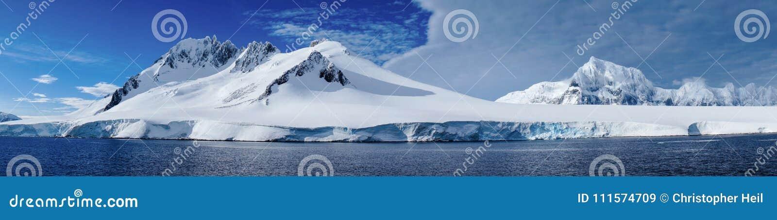 Girando attraverso il canale di Neumayer con le montagne innevate in Antartide