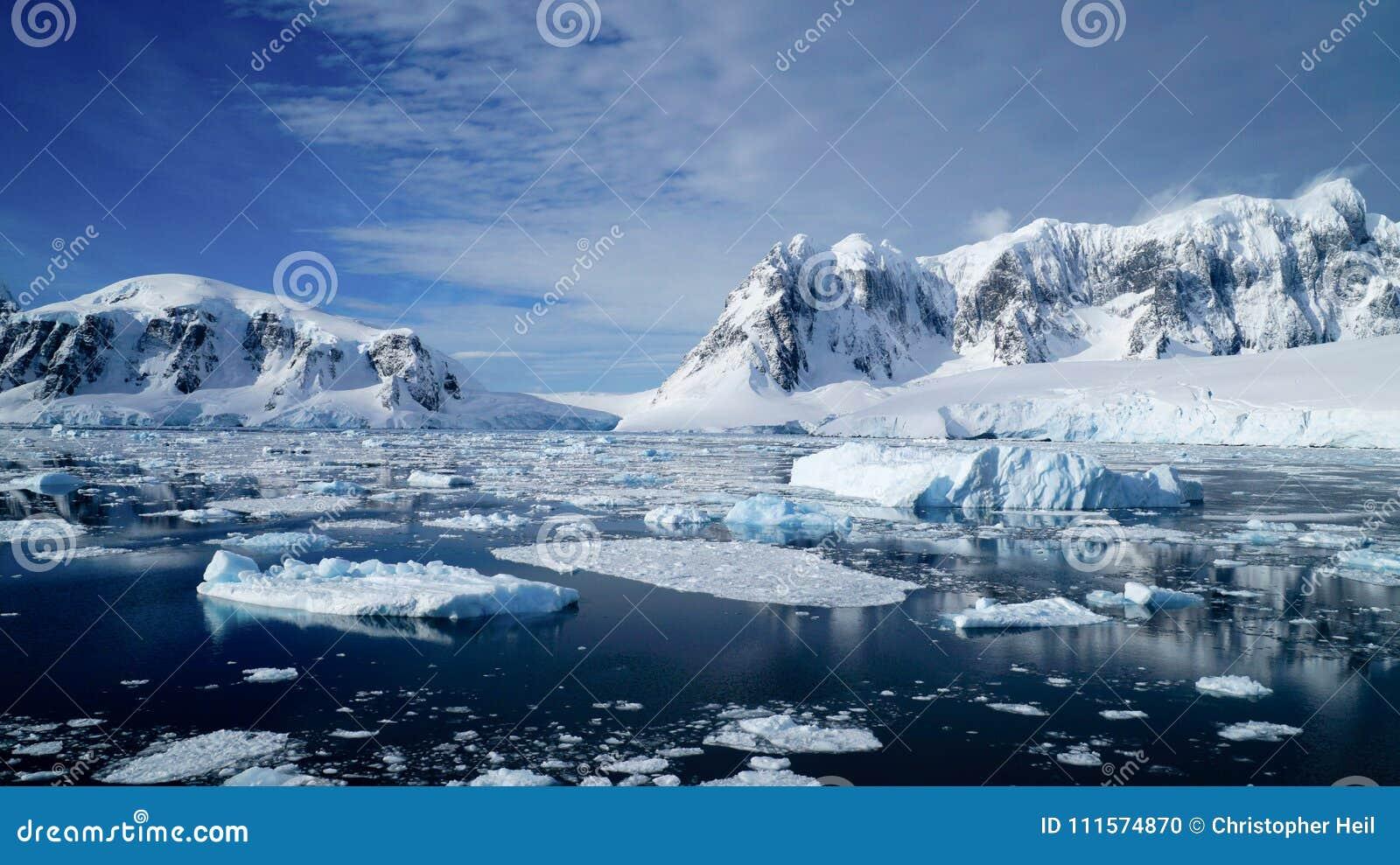 Girando attraverso il canale di Neumayer in pieno di iceberg in Antartide