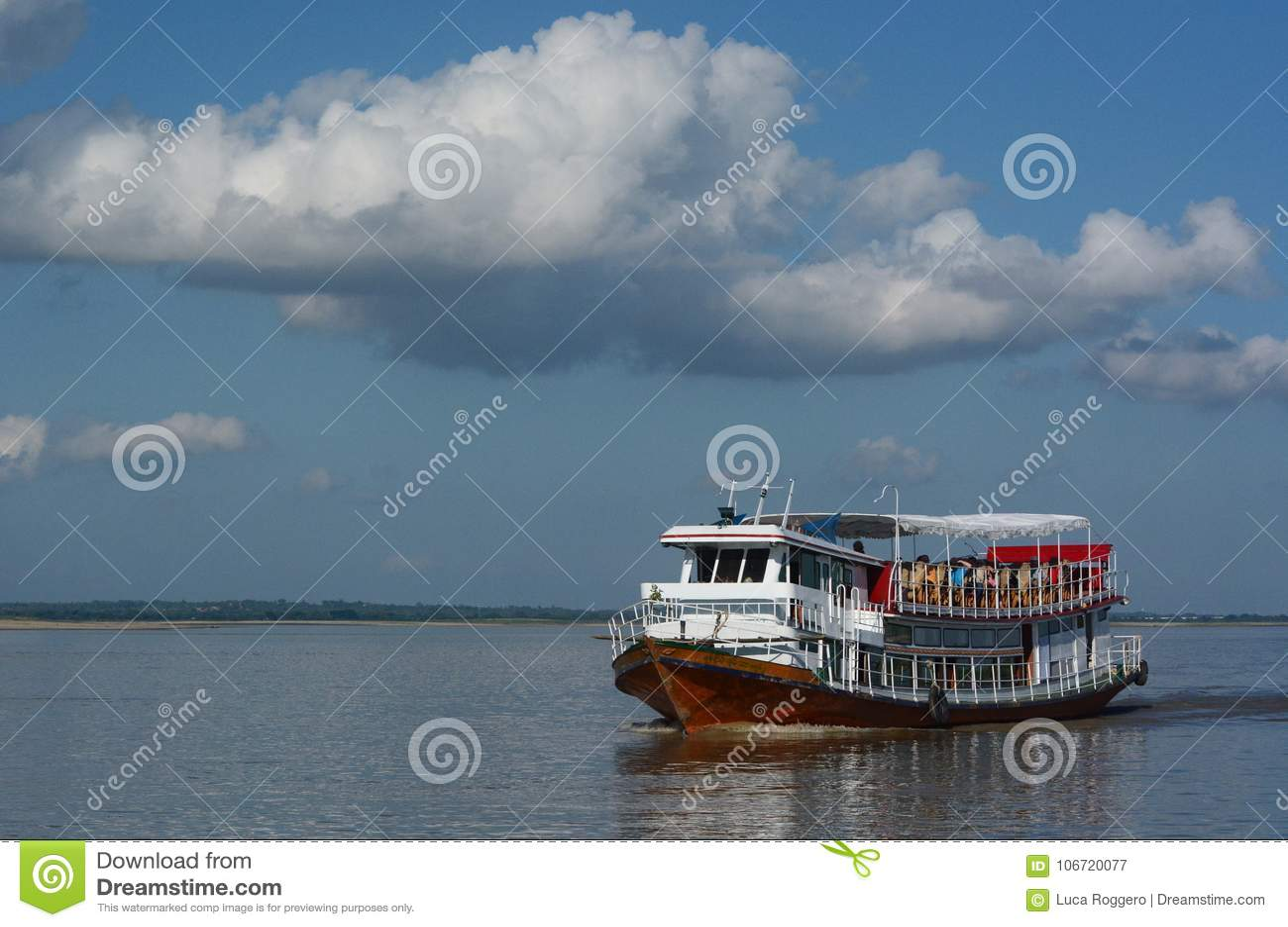 Girando sul fiume di Irrawaddy myanmar